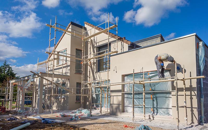 Pour positionner une construction sur le terrain, comme par exemple une maison unifamiliale, multifamiliale, d'immeubles commerciaux ou industriels